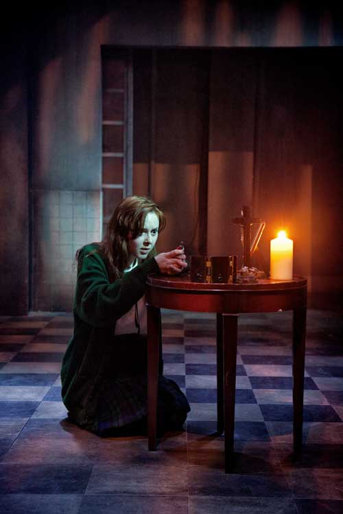 Evelyn Hoskins as Carrie