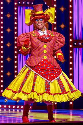 Gary-Wilmot-Dame-Betty-Barnum-in-Goldilocks-and-The-Three-Bears-at-The-London-Palladium.-Photo-by-Paul-Coltas