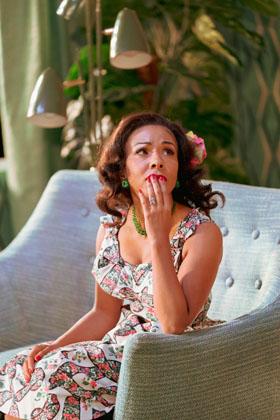 Kathryn Drysdale as Fran in Home, I'm Darling (c) Manuel Harlan